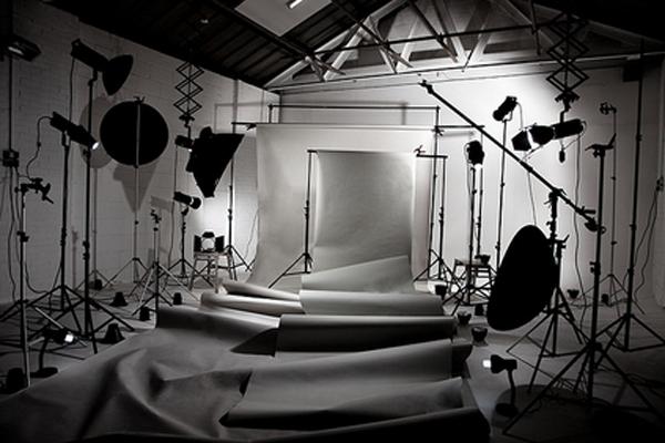 Осветительное оборудование и аппаратура для съемок.